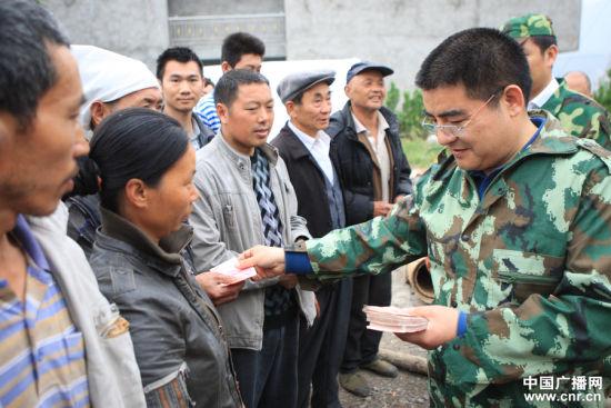 4月21日,陈光标向每个村民发放现金200元。