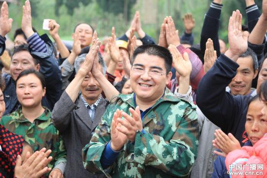 4月21日,陈光标走访龙门乡王家村大石林组,称希望通过自己的行为推进社会进步。