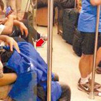 高捷车厢活春宫(箭头处)在众目睽睽下上演,被乘客拍下影片po网后疯传。翻摄画面