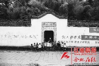 黄村小学:许老师与十四个学生(前排)合影。
