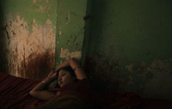 拉贾斯坦邦的一个红灯区,自Ingonia村的Preeti正躺在床上等客人。
