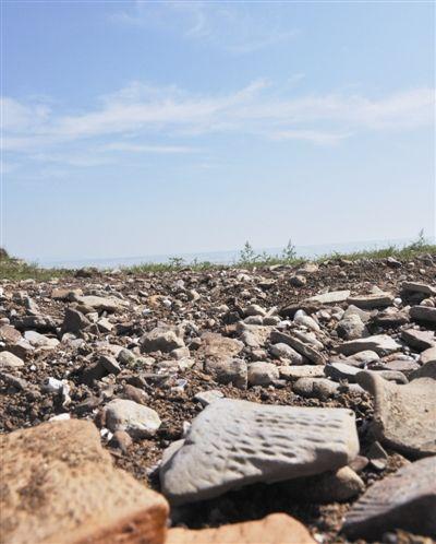 湖水下降,大量陶片、瓦砾碎片裸露在河床上