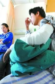 被窃贼砍伤的钱进正在武警医院接受治疗 晚报 王浩然 现场图片