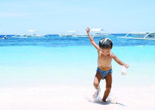 白沙滩上的超萌小朋友