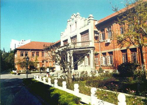 位于安庆师范学院菱湖校区内的安大红楼旧址