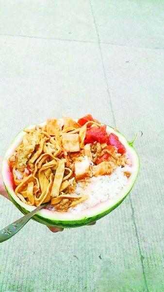 西瓜皮盛满饭菜的样子。