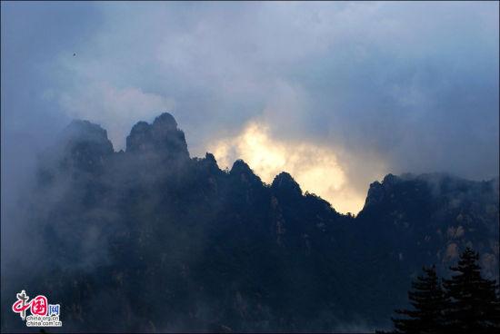 让外国游客欢天喜地的黄山火烧云海奇观。王辉 摄