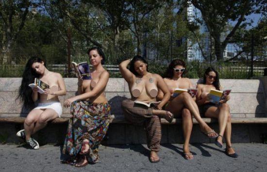 裸胸女人们在阅读