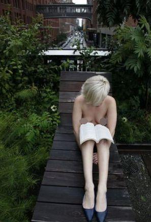 赤裸上身阅读的身影