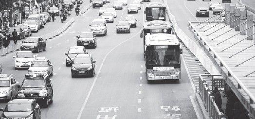 """随着越来越多的公交车投入使用,合肥离""""公交都市""""越来越近。(资料图片)"""