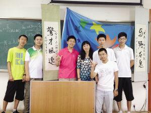 班主任闫琳虹(左四)和她的学生们。吕晓艳 摄