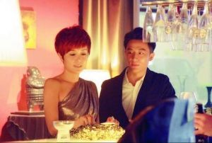有报道指蒋雯丽与黄轩是在拍摄《女人帮》时互生好感的。
