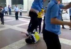 延安城管酒后执法跳踩男子头部