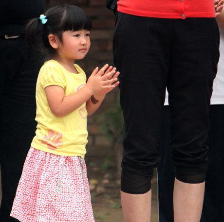 姚明女儿身高已达1.1米网友调侃直逼郭敬明