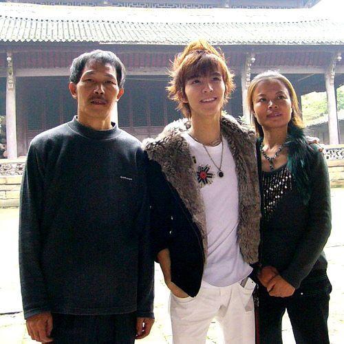 郭敬明和父母合照