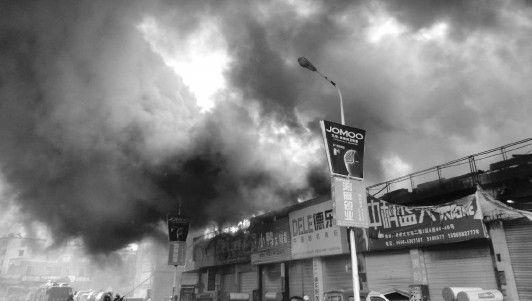 火灾现场浓烟滚滚,7家商户损失惨重。