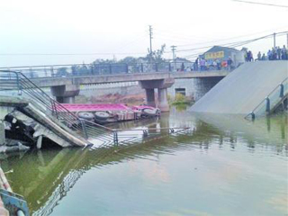 江苏丹阳1座大桥倒塌 警方称可能因货车超载