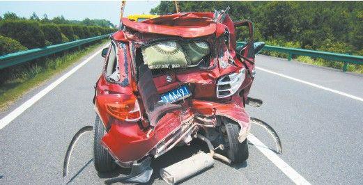 """汽车被撞成了""""麻花""""。"""