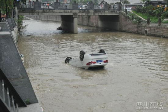 四川偷车贼驾车疯狂逃窜 慌不择路坠入河中