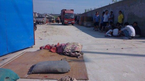 3岁双胞胎兄弟席地而睡遭货车碾压哥哥死亡