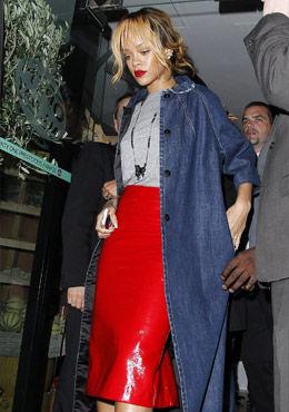 红色漆皮包臀裙与丹宁外套完美碰撞