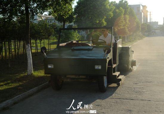 """8月6日,王国锋自创的环保保洁""""战车""""可以靠路边,清理卫生死角。"""