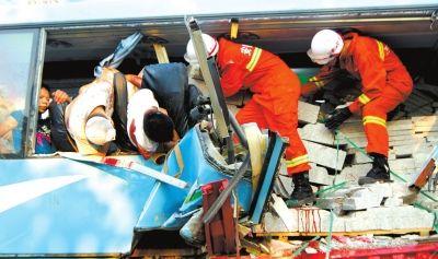 8月9日,合肥市公安消防支队官兵在事故现场救援。新华社