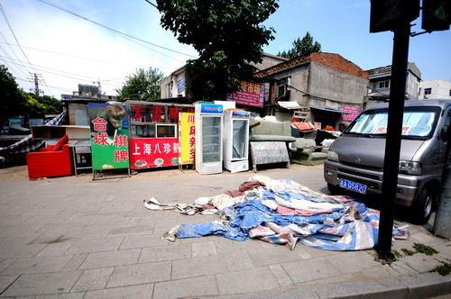 """""""徐先生指着不远处堆满垃圾的垃圾桶告诉记者,""""要是以前,垃圾桶周围的"""