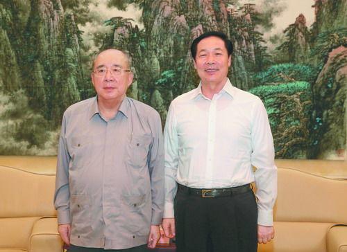 8月20日,省委书记张宝顺在合肥稻香楼宾馆亲切会见了中国国民党荣誉主席吴伯雄一行。记者徐国康摄