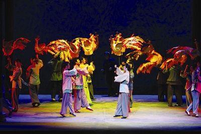 池州日报讯 8月24日,新编大型现代黄梅戏《半个月亮》在秋浦影剧院上演。
