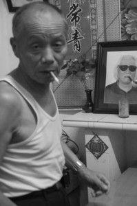 成龙的大哥房仕德,案上的照片系他与成龙的父亲房道龙