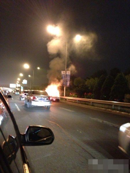 北京东四环一跑车起火原因不明