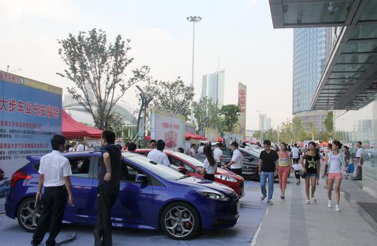 2013新浪安徽欢乐购车季天鹅湖万达广场车展现场