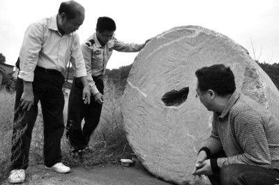 当年建机场平地用的大石磙