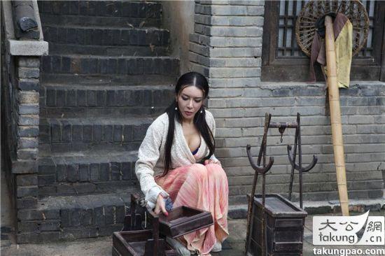 《新金瓶梅》剧照 龚玥菲酥胸半露演潘金莲