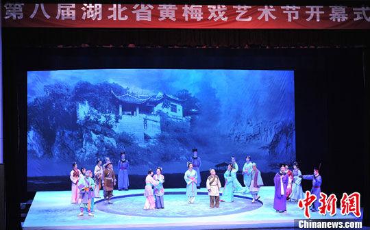 9月12日晚,第八届黄梅戏艺术节开幕式在湖北黄州举行。图为开幕式演出黄梅戏剧目《东坡》。中新社发 张畅 摄