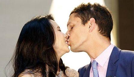 莫文蔚和老公激吻