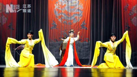 南京市京剧团演员在葡萄牙首都里斯本表演《龙飞凤舞》。