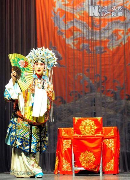 南京市京剧团演员在葡萄牙首都里斯本表演《贵妃醉酒》。