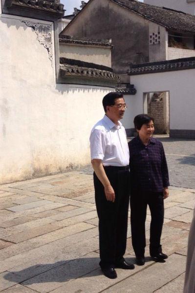 胡锦涛同志与夫人刘永清在自家房前合影留念
