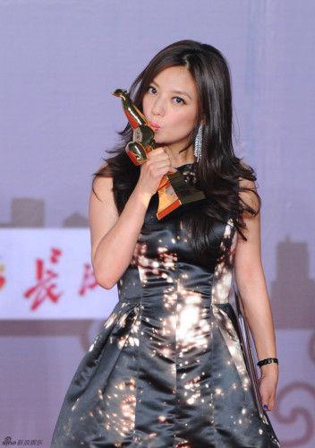 2013年9月28日,第22届金鸡百花电影节在武汉闭幕。新浪娱乐全程直播,图为在颁奖后台,众位得奖者分享喜悦。图库供稿