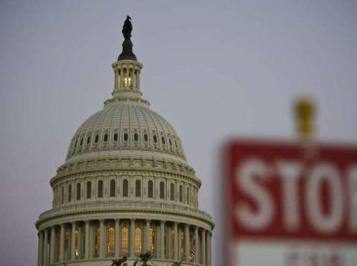 10月1日,美国华盛顿,由于民主党与共和党就总统奥巴马的医疗改革计划互不让步,国会未能通过新财政年度临时拨款预算案,美国联邦政府的非核心部门因此被迫关门。图为当地时间9月30日,美国国会大厦。