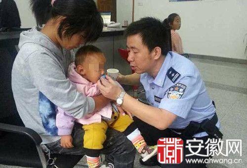 民警在派出所内给幼儿喂水。(图片来自合肥110微博)