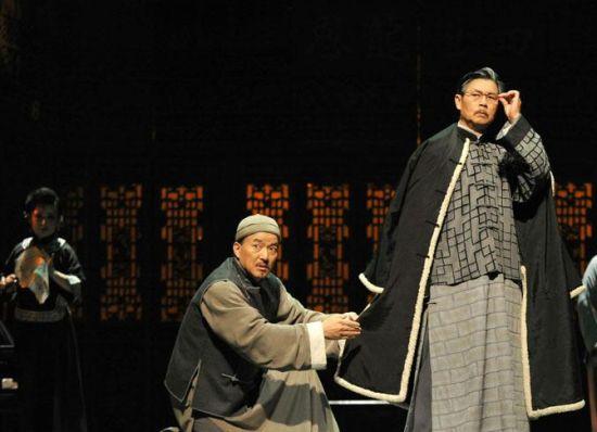 10月10日晚,在山东省济南市山东剧院,安徽省黄梅戏剧院的演员在表演黄梅戏《雷雨》。