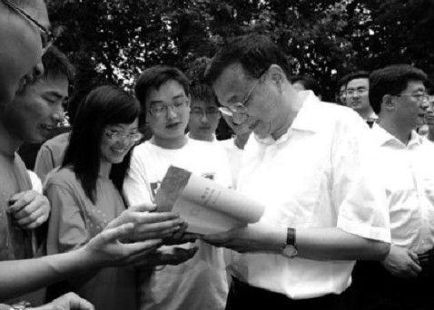 2011年7月5日,李克强在安徽考察期间视察中国科学技术大学,并与学生交谈。