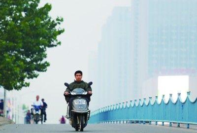市民骑车开始换上保暖装备