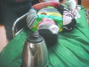 小俊被送到医院时,放有他断手的热水壶也一并被带到医院,水壶壶盖上全是血痂。读者郑女士供图