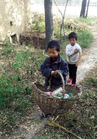 哥哥冯敬业领着妹妹冯淑媛捡废塑料瓶
