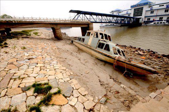 受长江流域降雨量偏少和上游来水量锐减影响,10月以来,长江中下游水位快速退落,长江安庆段全面提前进入枯水期,浅险水道航道条件变差,航道维护压力增大。11月4日,长江安庆站水位6.29米,比10月4日水位低了4.45米,长江变瘦了。