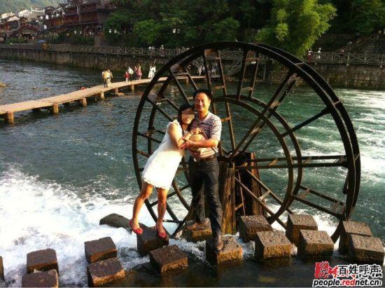 图为网友晒出与盘昌武旅游照。